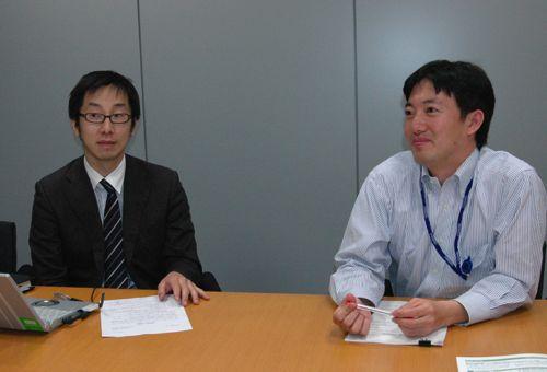 スカイアークシステムの桐田寛之さん(左)日本経済新聞社の桂景一さん(右)