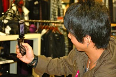 愛用の携帯電話を使って商品を撮影