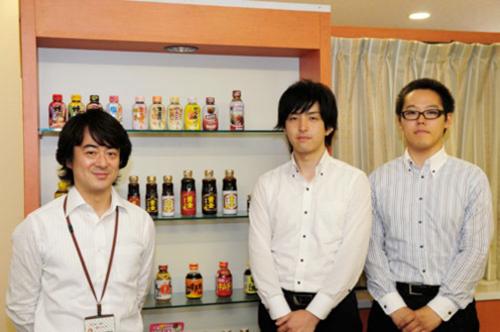写真左からエバラ食品