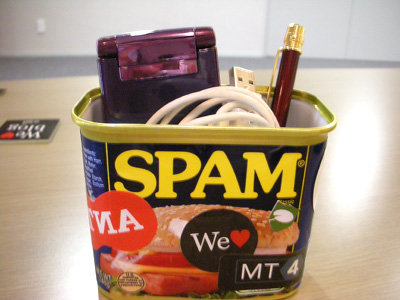"""ペン立て、小物入れとして使うSPAM缶"""""""